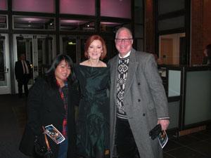 Orla com dois fãs no meet & greet após o show