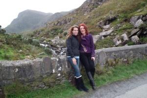 Orla e amiga Jennifer no Desfiladeiro de Dungloe