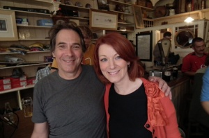 Ao lado do diretor Dennis em Curran's Bar Dingle