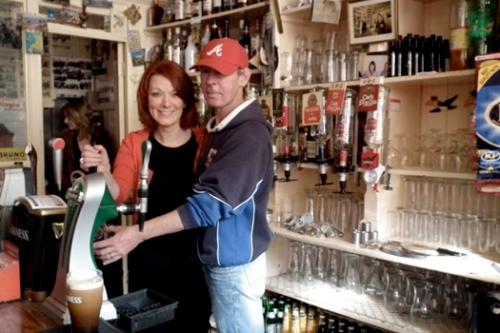 Orla e John (barman)