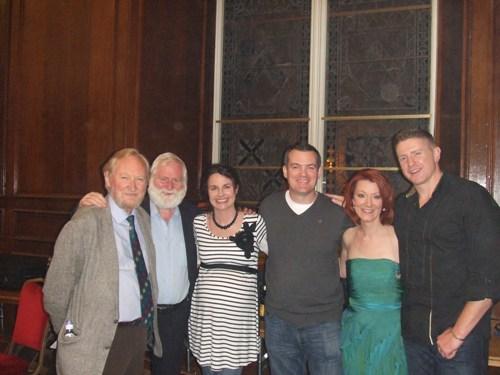 Orla, Vera e Paudie com Damo e Seán e John (The Dubliners)